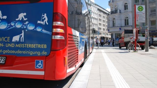 Busse können direkt an den Kantstein heran fahren.
