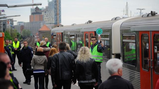 """Am Hafengeburtstag fertigen unsere U-Bahnfahrerinnen und -fahrer die Züge nicht selbst, sondern mit Hilfe """"von Außen"""" ab."""