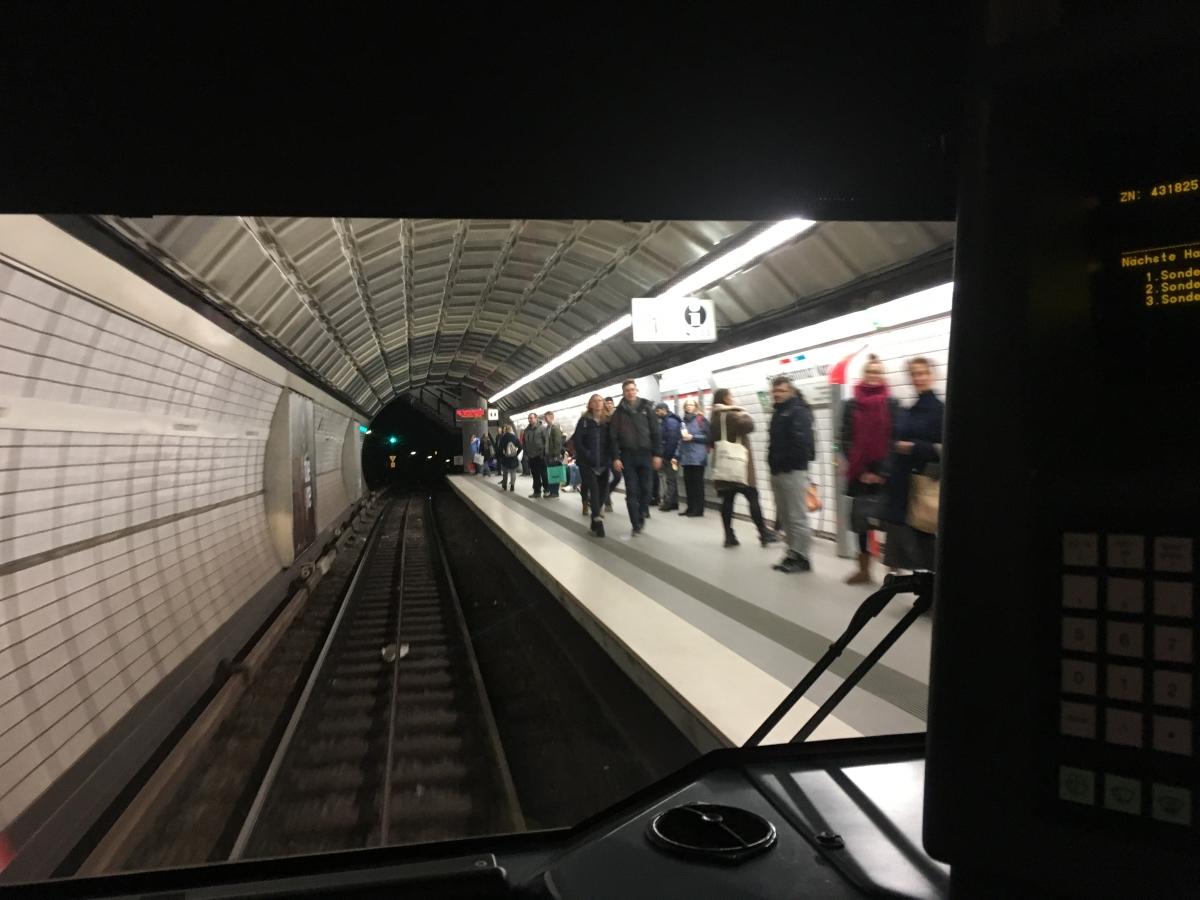 Aus dem Zug_U-Bahn-Fahrer Hamburg