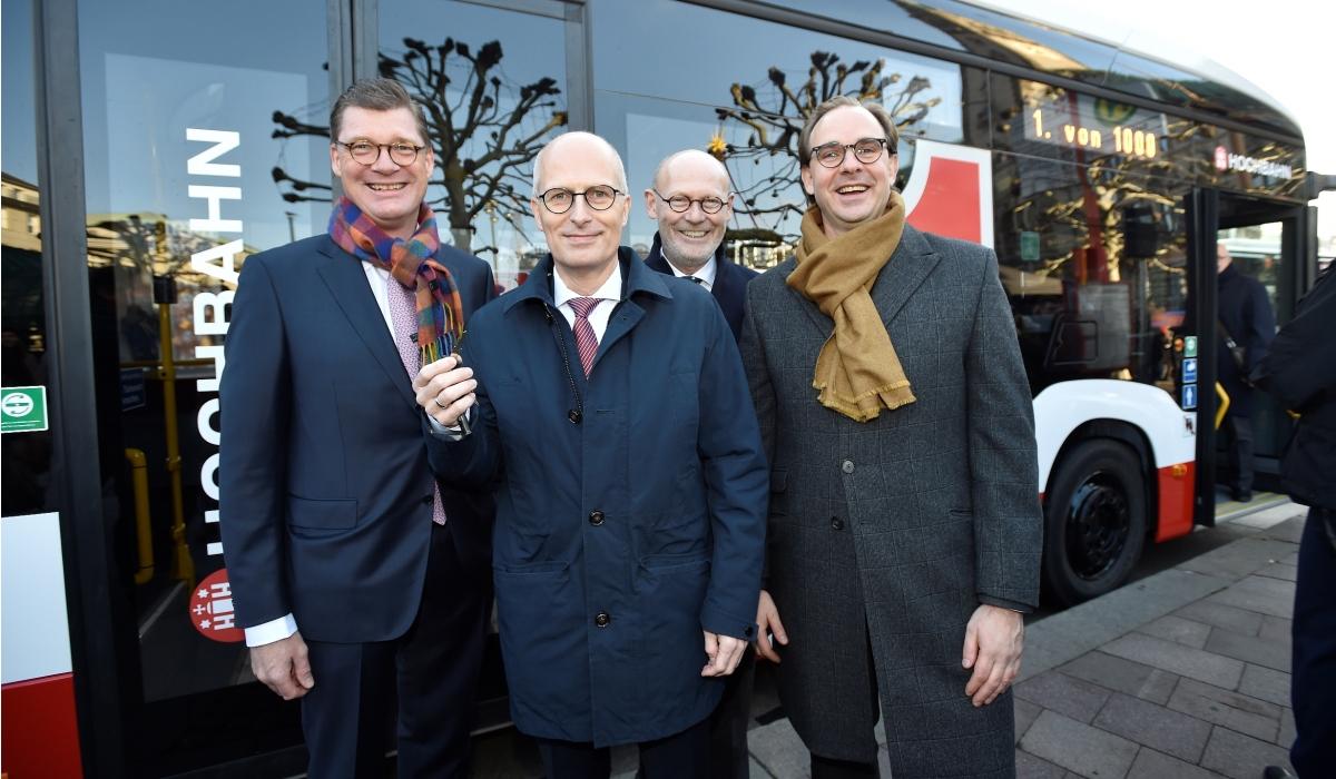 Bürgermeister, Verkehrssenator, EvoBus Chef, HOCHBAHN Chef bei Vorstellung erster serienreifer Elektrobus