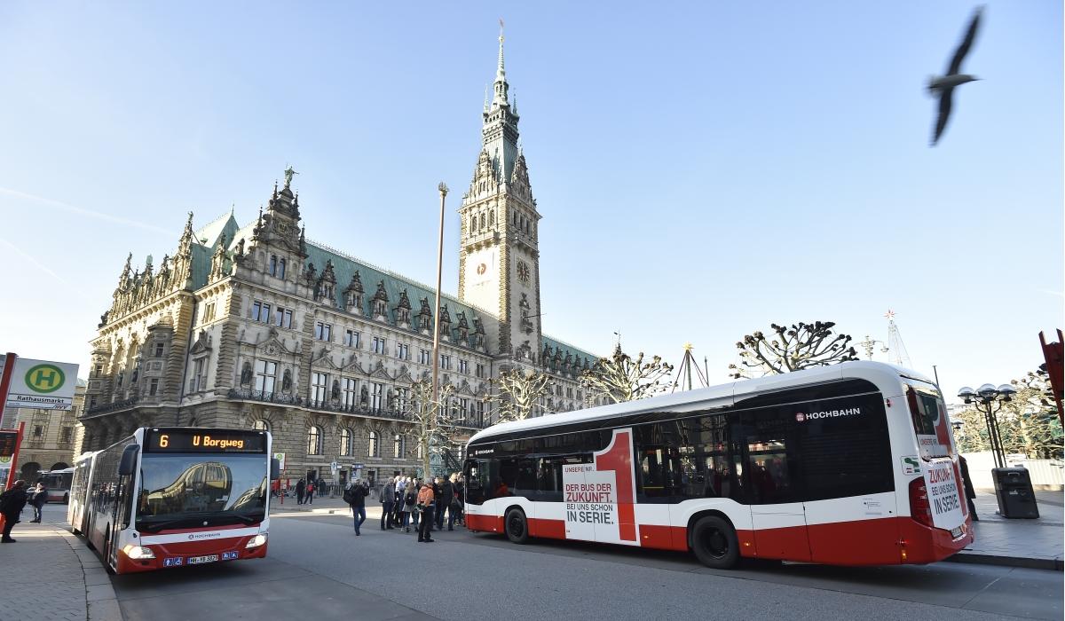 E-Bus vor Rathaus