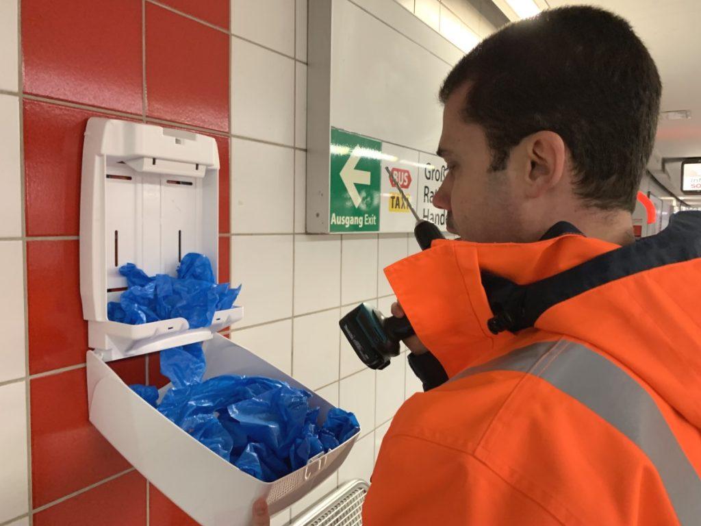 Handwerker Überziehschuhe U-Bahn