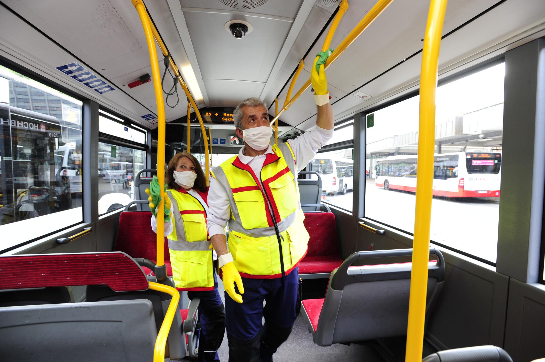 Hygieneteam desinfiziert Kontaktflächen in Bus