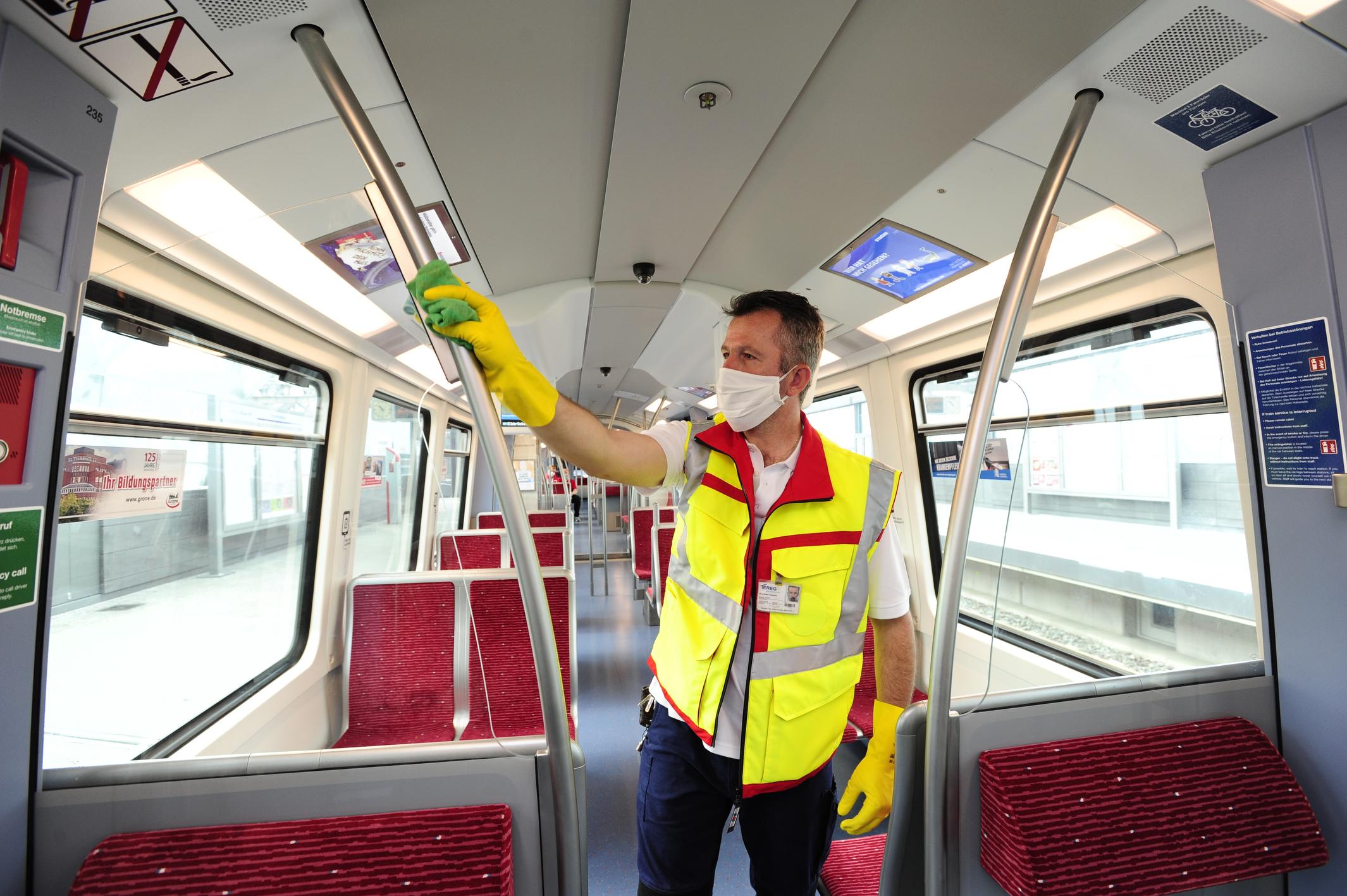 Kollege der Tereg desinfiziert Kontaktflächen in U-Bahn
