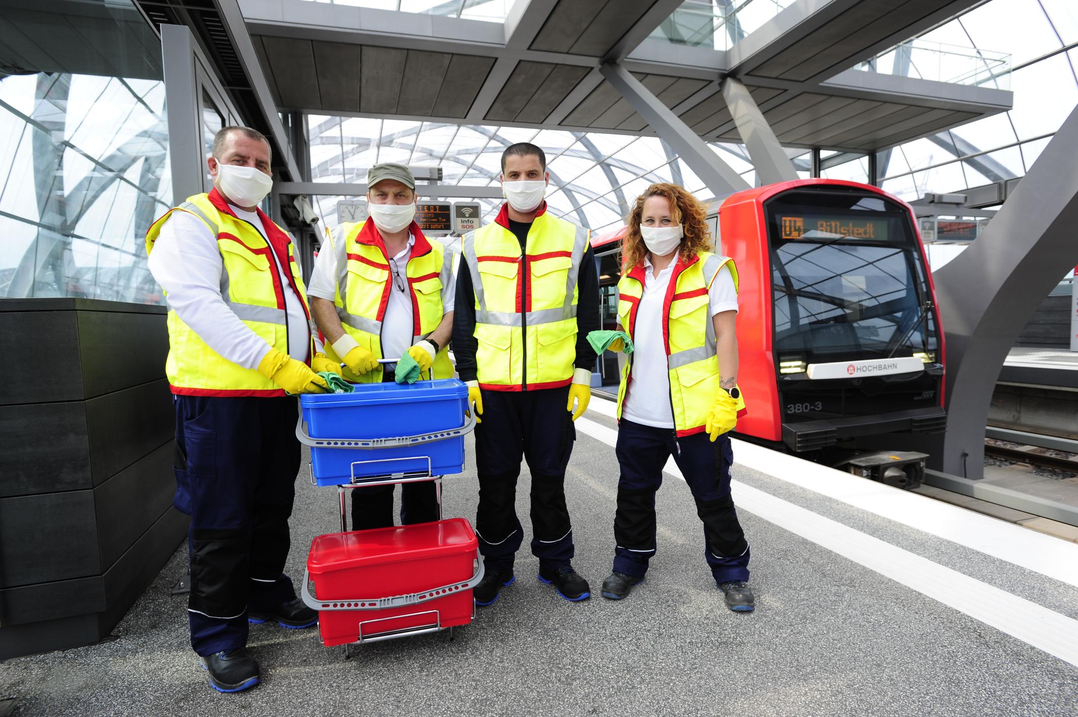 Hygieneteam unterwegs an Haltestellen in Hamburg