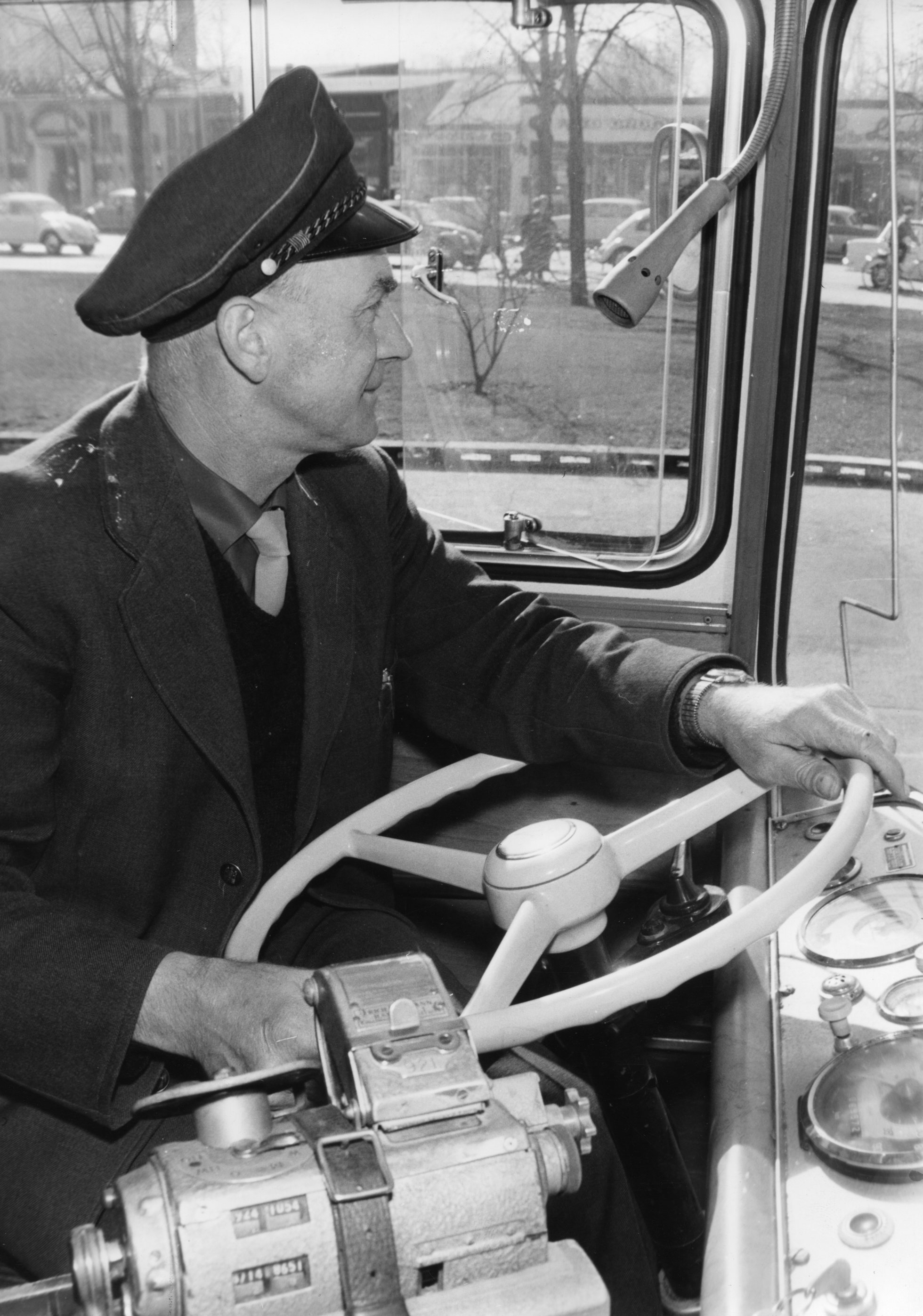 Ein Busfahrer an seinem Arbeitsplatz, 1965