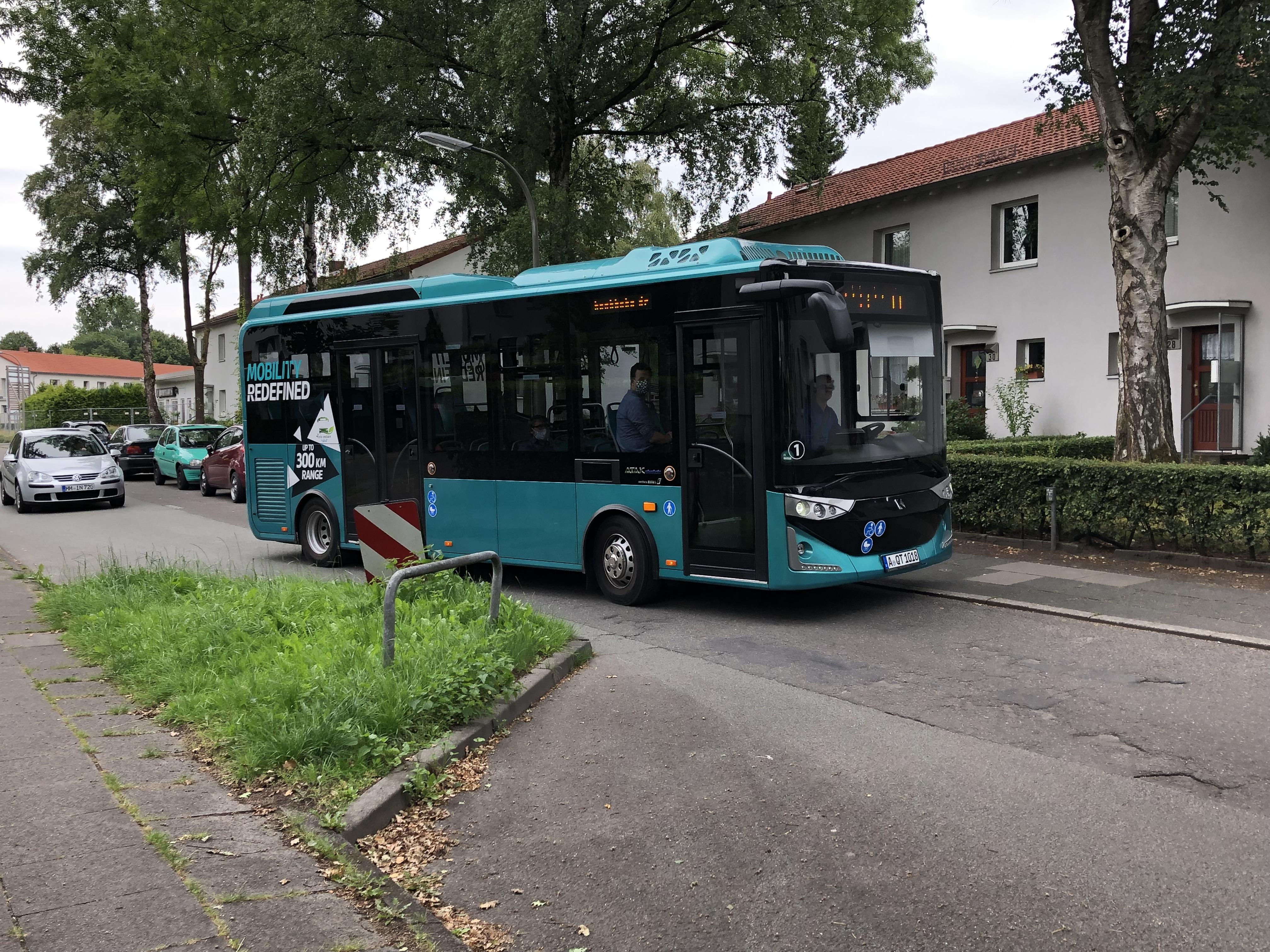 Quartiersbus umfährt Hindernis